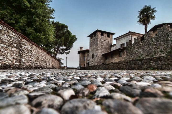 Acciotolato-sotto-i-resti-di-antiche-merlature-Castelli-Calepio-Bg-min